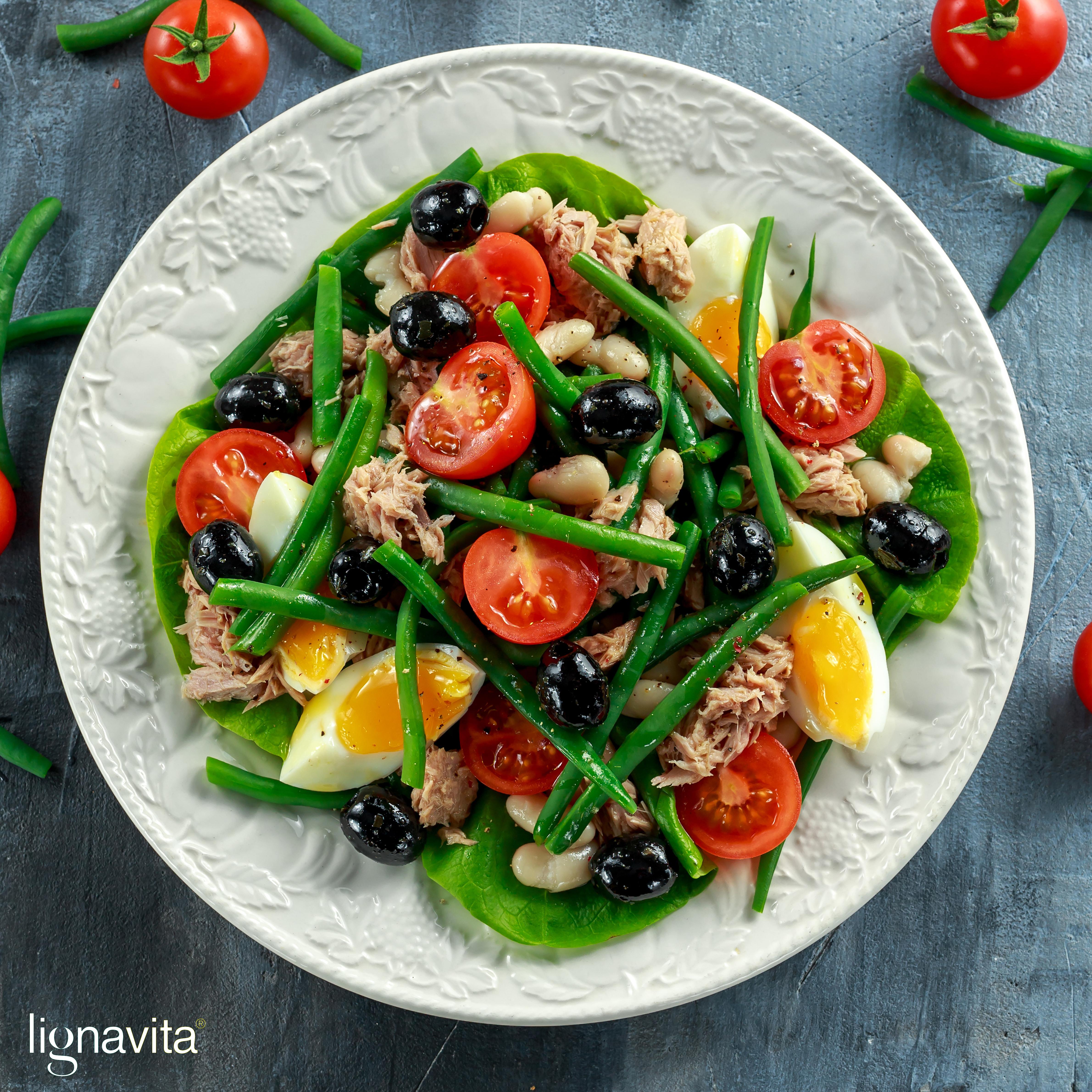 Zomerse salade met boontjes, tonijn en een gekookt eitje.